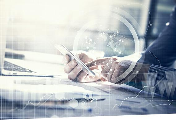Ein Mann steuert seine Payment Factory im SAP Advanced Payment Management auf dem Smartphone.