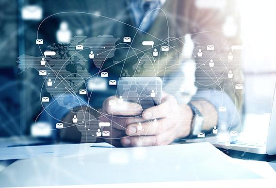 Ein Mann steuert mit SAP BCM die Bankenkommunikation am Smartphone.