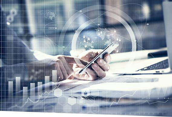 Ein Mann stößt mit SAP Cash Application die maschinelle Zahlungsverarbeitung über sein Smartphone an.