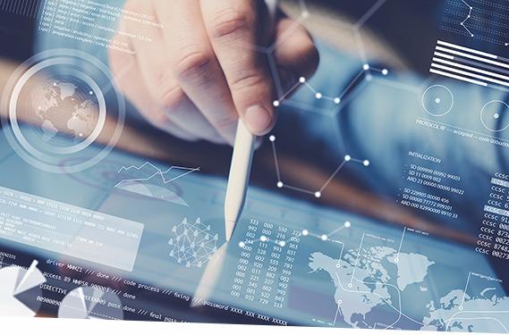 Ein Mann erstellt eine Liquiditätsanalyse im SAP Cash Management am Tablett.