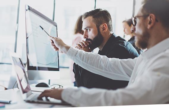 Beratung zum SAP Cash- und Liquiditätsmanagement am PC.