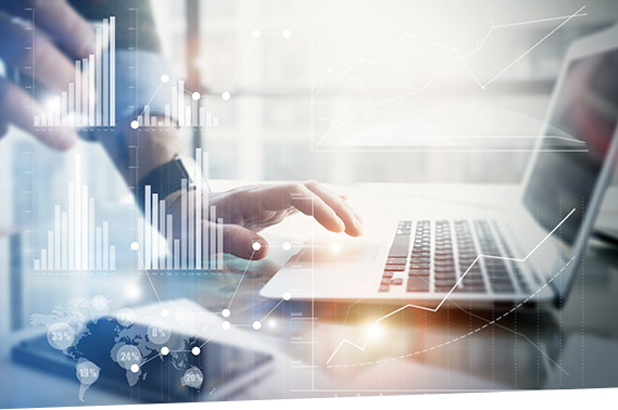 Ein Mann prüft mit SAP Elektronischer Kontoauszug die automatisierte Kontoauszugsverarbeitung am Laptop.