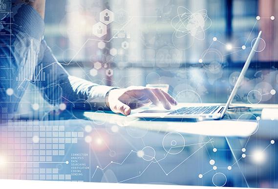 Ein Mann steuert mit SAP In-House Cash die In-House Bank per Smartphone.