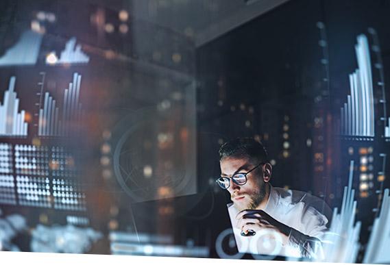 Ein Mann erstellt mit dem SAP Liquidity Planner eine Liquiditätsplanung.
