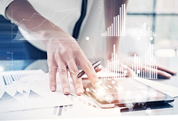Ein Mann bindet mit SAP Multi-Bank Connectivity seine Hausbanken per Tablett an sein Unternehmen an.