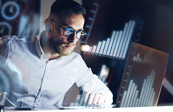 Ein Mann erstellt eine Liquiditätsanalyse im SAP S/4HANA Cash Management.