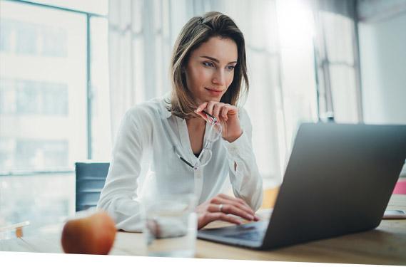 Eine Frau nimmt per Laptop an einem SAP-Webinar von Payyxtron teil.